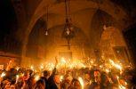 Συγκίνηση στην αφή του Αγίου Φωτός στα Ιεροσόλυμα