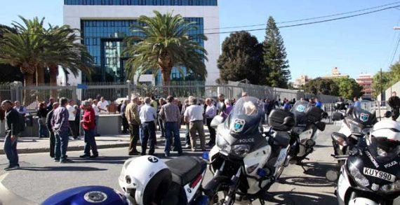 Σε εξέλιξη η διαμαρτυρία των κατόχων αξιογράφων έξω από τα κεντρικά γραφεία της Τράπεζας Κύπρου