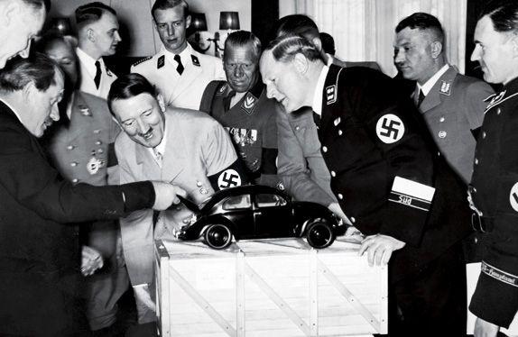 1936: Ο Χίτλερ ανακοινώνει τη δημιουργία του «λαϊκού αυτοκινήτου». Πρόκειται για τον δημοφιλέστατο έως και σήμερα Σκαραβαίο της Volkswagen.