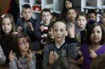 Ολόκληρη τάξη μαθαίνει νοηματική για να επικοινωνήσει με τον κωφάλαλο συμμαθητή τους!