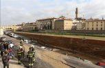 Στο κέντρο της Φλωρεντίας ο ποταμός κατάπιε δρόμο και αυτοκίνητα