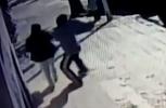 Βίντεο-σοκ: Άγνωστος προσπαθεί να αρπάξει βρέφος μέσα από την αγκαλιά της μητέρας του