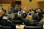 Ψηφίστηκε ο νόμος για τα καλλυντικά, αναβλήθηκαν προτάσεις νόμου για κτηματομεσίτες και σωματεία