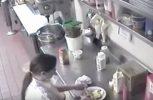 Αηδία! Βάζει το λουκάνικο στο αιδοίο της πριν το σερβίρει! (video)