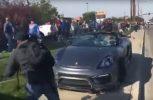 Ανεξέλεγκτη Porsche πέφτει πάνω σε κόσμο! (video)