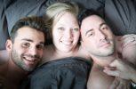 Μοιράζεται τον σύντροφό της με τον άντρα του