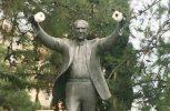 Κρέμασαν χαρτιά υγείας στο άγαλμα του Α. Παπανδρέου στην Καλαμαριά