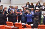 Έπαιξαν ξύλο στη Βουλή της Τουρκίας! (video)