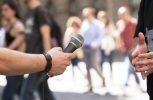 Ιταλία: Πολιτικός χαστουκίζει δημοσιογράφο στην κάμερα (video)