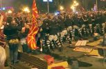 Άγρια μάχη έξω από τη Βουλή των Σκοπίων