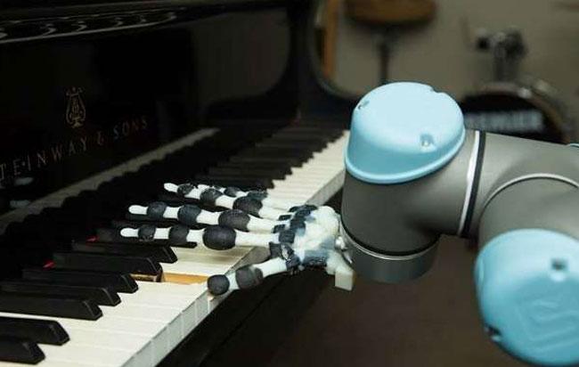 Το πρώτο ρομποτικό χέρι που παίζει πιάνο