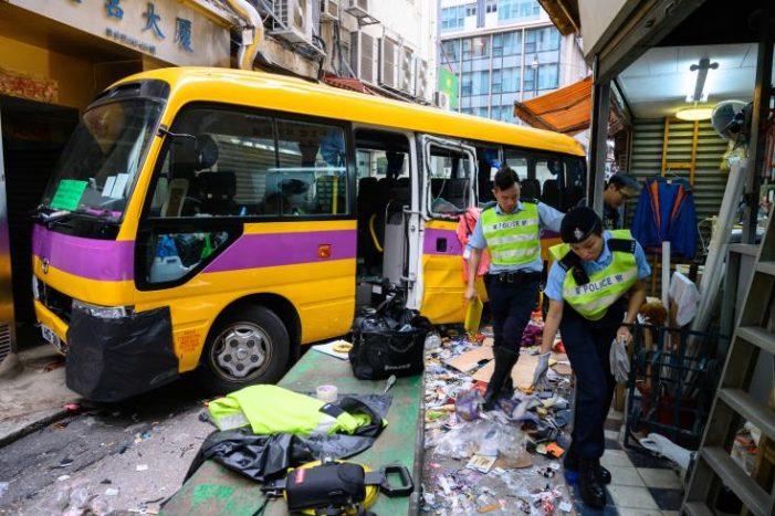 Κίνα: Τουλάχιστον 5 άτομα έχασαν τη ζωή τους όταν λεωφορείο που είχε καταληφθεί έπεσε πάνω σε πεζούς