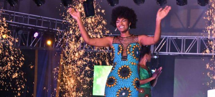 Πανικός στα καλλιστεία Μις Αφρική όταν η νικήτρια πήρε φωτιά επί σκηνής