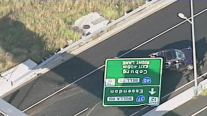 Πινακίδα αυτοκινητόδρομου πέφτει πάνω σε αυτοκίνητο στην Αυστραλία