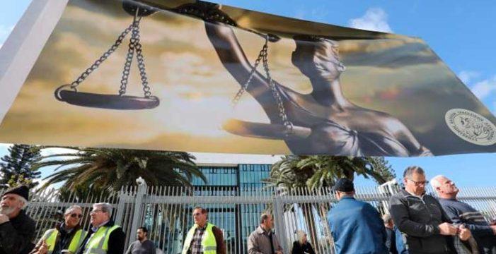 """Κάτοχοι αξιογράφων: """"Φέρτε μας τον Νικολάτο"""" – Eξω από το Ανώτατο μεταφέρθηκε η διαμαρτυρία"""