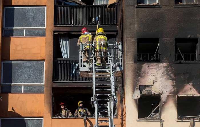 Τρεις νεκροί και 16 τραυματίες από πυρκαγιά σε πολυκατοικία στην Καταλονία