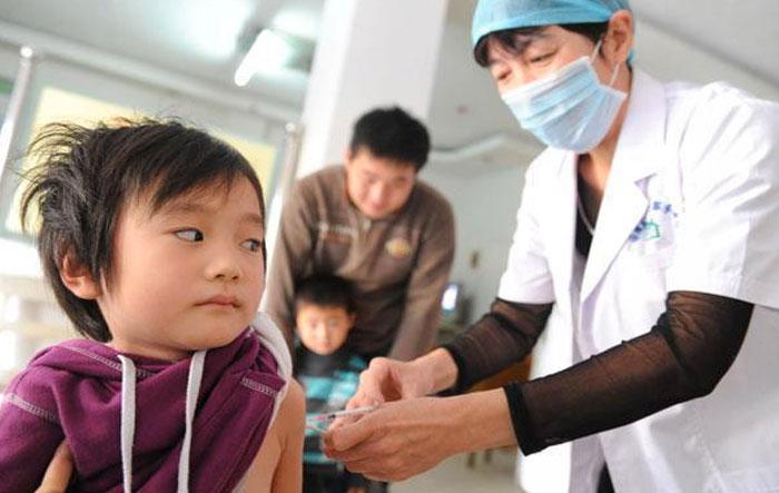 Στην Κίνα εκατόν σαρανταπέντε παιδιά εμβολιάστηκαν με ληγμένο εμβόλιο της πολυομελίτιδας