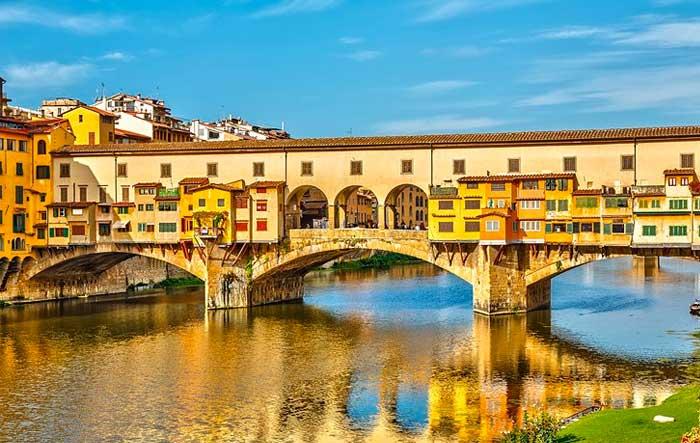Ιταλία: Πρόστιμο σε Ελληνίδα γιατί προσπάθησε να γράψει με μαρκαδόρο πάνω σε ιστορική γέφυρα